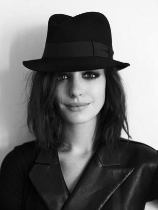 Anne: Girls Crushes, Annehathaway, Cowboys Hats, Hairmakeup, Dark Eye, Ten-Gallon Hats, Hair Makeup, Smokey Eye, Anne Hathaway