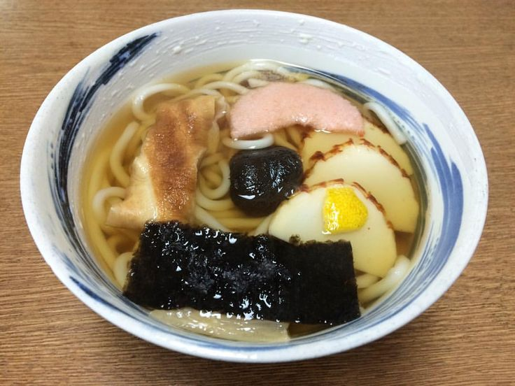 『うどん・そば 大寿』 しっぽく うどん 620円  こちらのお店のしっぽくうどんには甘煮椎茸、かまぼこ、湯葉、海苔、柚子、庄内麩などが華やかに載っている。  また、香川でもたっぷりの根菜が入った「しっぽくうどん」が食べられている。 「しっぽく」の意味は、長崎のしっぽく料理の中の麺料理をまねた物。 もしくは、干ししいたけの種類で、肉厚の「どんこ」と薄くてカサが開いた「こうしん」の間のサイズを「しっぽく」と呼ぶなどの謂れがある。  しっぽくのおだしがあんかけに変わると「のっぺい」になる。  わたしはやっぱり薄味の鰹出汁が落ち着く。  #ありがとう #幸せ #うどん