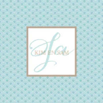 Trouwkaart met retro achtergrond met groen golf patroon. In het midden wit kader met goudkleurige rand met jullie namen. Daarachter groot de tekst 'Ja'.