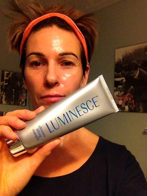 LUMINESCE ultimate lifting masque combines the natural powers of tara and chicory root to instantly lift and hydrate skin. Designed to reduce the appearance of fine lines and wrinkles, this masque is bolstered by a patent-pending stem cell technology exclusive only to Jeunesse. Try it you'll love it !