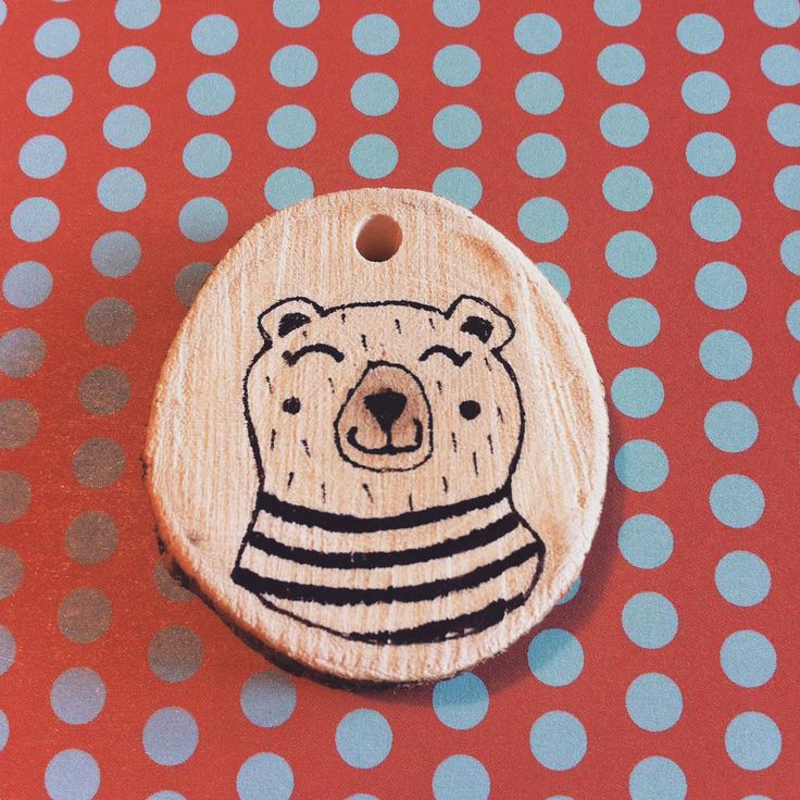 """Happy Bear"" Ciondolo in legno dipinto a mano  #scesedalpero #illustrazione #bear #orso #illustration #wood #pendant #woodpendant #woodnacklace #necklace #righe#stripes"