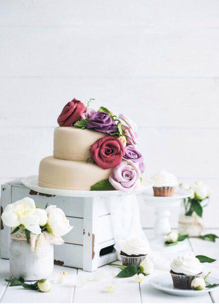 Дизайнерский, двухъярусный торт, оформленный цветами из мастики станет ярким акцентом на любом торжестве.Designer tiered cake decorated with flowers made of mastic will become a bright accent on any celebrations