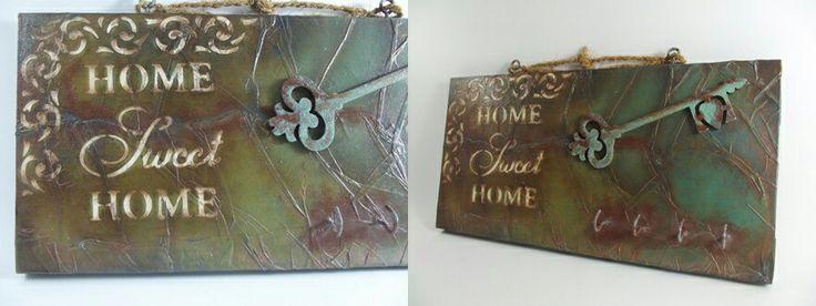 Tamamen el işçiliği ile, ahşap boyama ve stencil teknikleri kullanılarak dekorlanmış ahşap pano ve anahtarlık. Ayrıca ahşap üzerine kağıtla doku çalışması yapılmıştır. Wood painting, handmade