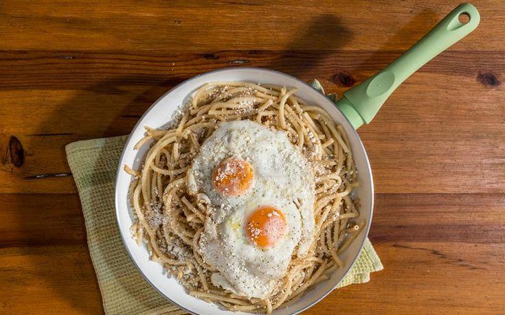 Ενα φαγάκι-έκπληξη, απαράμιλλης νοστιμιάς, έξοχο παράδειγμα του πόσο ευρηματική είναι η κουζίνα της Μάνης. Χοντρά μακαρόνια, τότε φτιαγμένα στο χέρι, αναμειγνύονται με ξερή μυζήθρα «τσουρουφλισμένη» σε καυτό ελαιόλαδο και σερβίρονται με τηγανητό αυγό, που, ελλείψει κρέατος, προσθέτει πρωτεΐνη στο φαγητό.