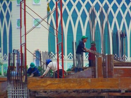 Semangat buruh bangunan dalam menata dan membangun pasar Tanah Abang, Jakarta Pusat.