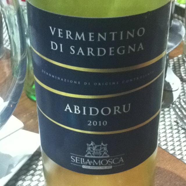 #vinoviernes italiano. Abidoru 2010. Cerdeña. Uva Vermentino. Aromatico en nariz.  Manzana y piel de limón en boca. Vamos, muy rico!