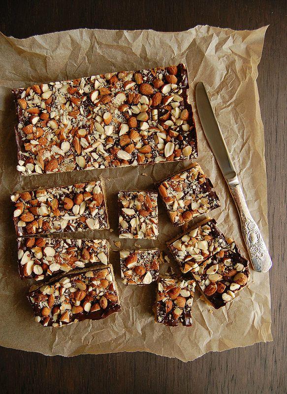 Quadradinhos de biscoito com chocolate e amêndoa e o Oscar