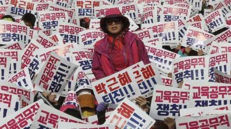 Pecah Protes Besar Menentang Presiden Korsel  Aksi protes yang beberapa kali digelar menuntut agar Presiden Park Geun-hye mundur.  KONFRONTASI - Sedikitnya 100.000 orang akan melakukan aksi protes di Seoul ibu kota negara untuk menuntut pengunduran diri Presiden Park Gun-hye. Puluhan ribu polisi diturunkan untuk mencegah demonstran mencapai istana presiden. Park dituduh membiarkan teman kepercayaannya Choi Soon-sil mengakses dokumen pemerintah tanpa izin.  Presiden yang angka popularitasnya…