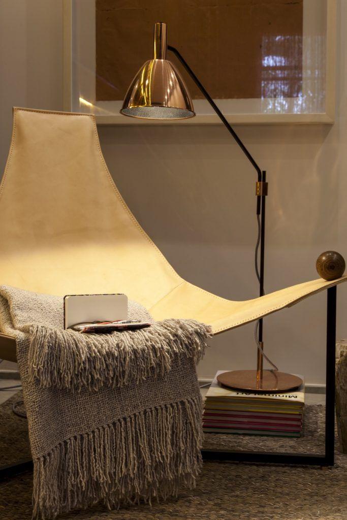 Como o quarto tem muitos elementos rústicos, nada melhor que a poltrona em couro como destaque no cantinho de leitura.