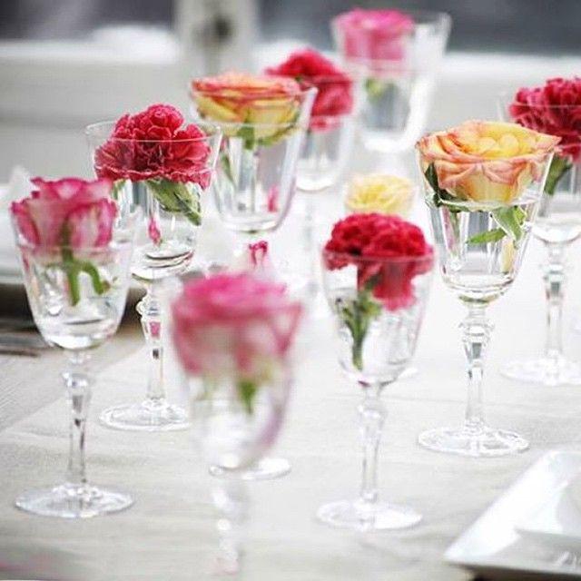 Bom dia  fica fofo fazer um centro de mesa assim! Já fizemos um vídeo no YouTube que dá uma ideia semelhante de como arrumar a mesa com flores e bowls #weshareideas #filmeswsi #wsilittlesecrets #flores #flowers #taca #mesaposta #bomdia