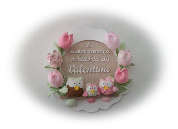 Lindo enfeite para porta-maternidade e quarto do bebê com corujinhas e tulipas. Cores de fundo,flores e corujas(ou passarinhos) devem ser escolhidas no Mostruário da loja. Moldura mede 37cm de diâmetro R$ 139,00