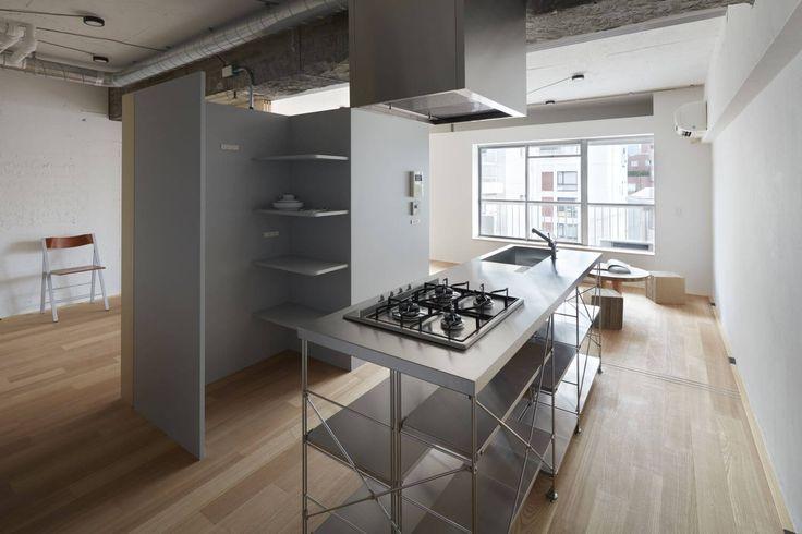 Tokijští architekti z kanceláře frontofficetokyose při návrhu rekonstrukce malého bytu v centru města inspirovali strukturou samotného velkoměsta. Vznikl světlý a prostorný interiér skvěle korespondující se svým okolím.  Autor:frontofficetokyo Plocha: 50m2 Místo:Tokyo I Japonsko  Původní dispozice se skládala z malých a tmavých pokojů. Když tvůrci hledali řešení, jak zvýšit kvalitu bydlení, podívali se z okna bytu na Tokio. Viděli veřejný prostor skládající se z mnoha vzájemně se…