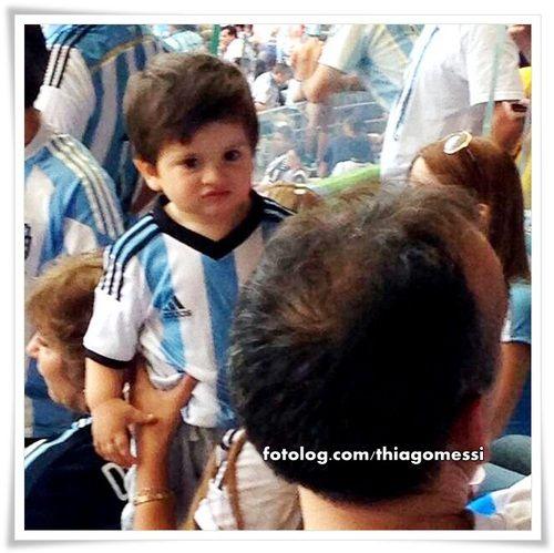 Thiago Messi no Mineirão : Meu fofo assistindo seu papi contra o Irã no Mineirão ontem.  Bj | thiagomessi