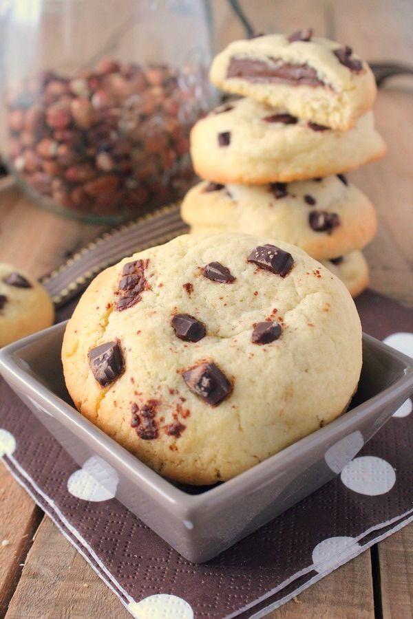 Aujourd'hui, je vous propose une recette simplissime et ultra gourmande : des cookies coeur fondant à la pâte à tartiner, le tout parsemé de pépites de chocolat ! Un vrai régal pour le goûter ! :P La recette est très simple : une pâte à cookie avec au...
