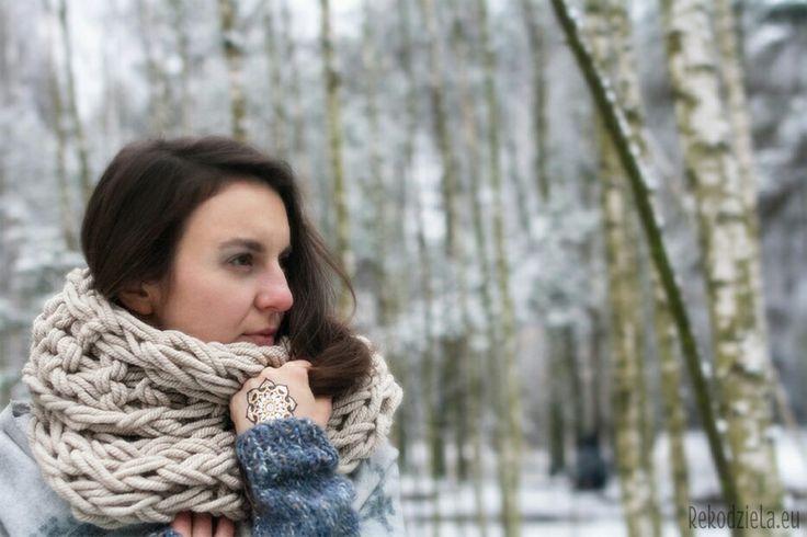 Zimowa sceneria w kobiecym, bo brzozowym lesie. Komin ręcznie dziergany: Rekodziela.eu Modelka: Małgorzata Sadowska Foto: Dominika Dominiak #zima #królowaśniegu #winter #włóczka #acrilic #bajka #fantasy #brzozy #zjawa #revenant #woman #polish #śnieg #natura #indian #mandala #tattoo #fantasy #longhair #grey #white #handmade #cowl #scarf #yarn