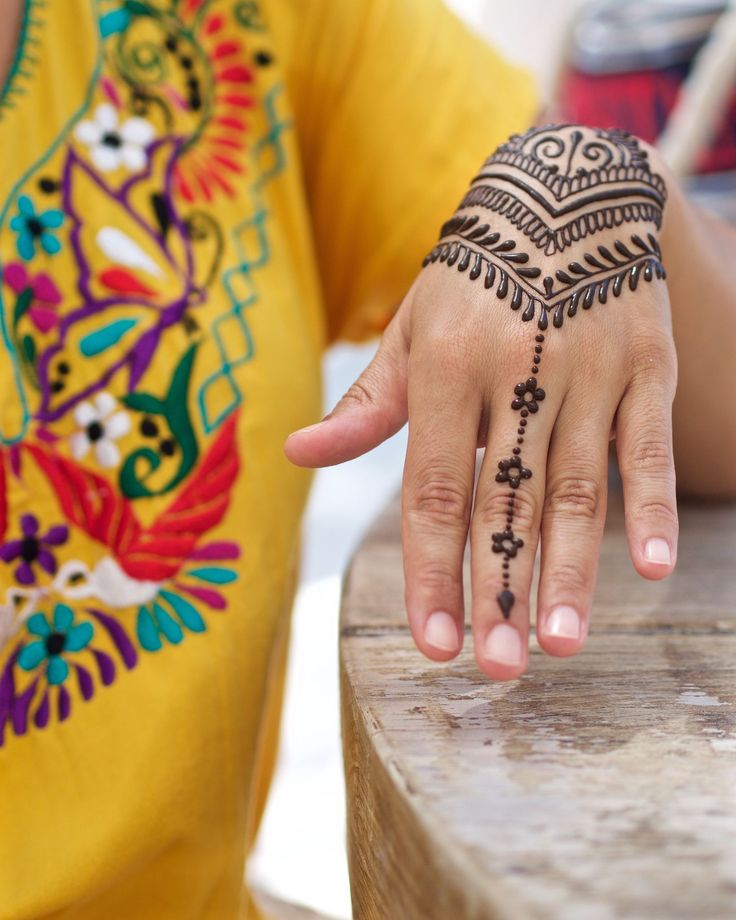 Freestyle henna from yesterday's pop-up at @casalastortugas. Muchisimas gracias to everyone who stopped by and special shoutout to @yogaadventurestulum who brought me drinks and food while I worked! #henna #mehndi #holbox #islaholbox #popuplife #hennamexico #mexicomehndi #hennaloungemexico #hennalounge #beachhenna #dontswimwithitonplease #traveldiaries #wanderlust #nomad #nomadlife