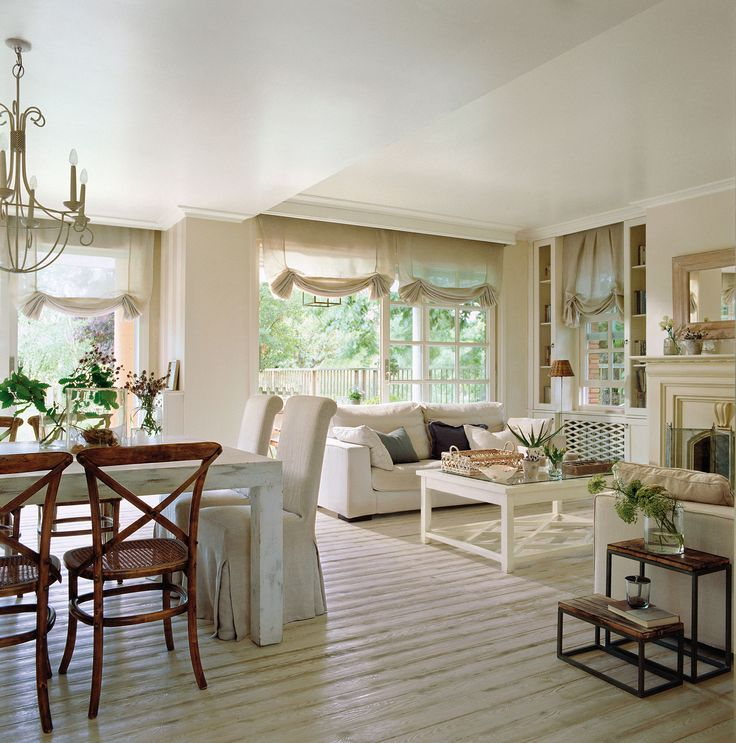 Salón comedor con suelo de madera blanca tipo desgastada
