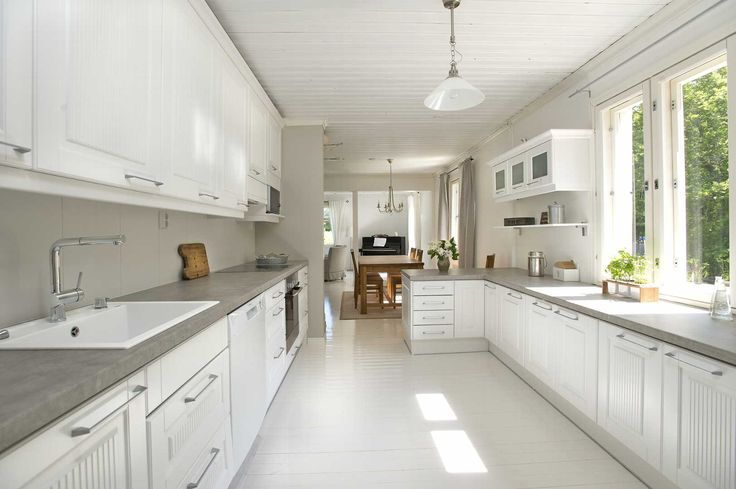 Perinteistä ja modernia tyyliä yhdistävä vaaleasävyinen keittiöratkaisu. Klikkaa kuvaa, niin näet sisustustuotteiden tiedot ja ostopaikat!