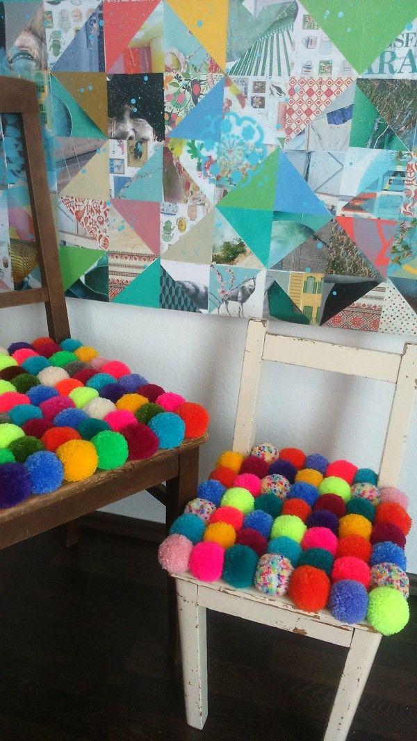 So sitzt es sich weich & bequem: Pomponstuhl mit farbenfrohen Bommeln als Sitzunterlage