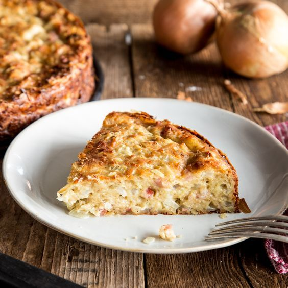 Dicken Hefe-, Mürbe- oder Blätterteig suchst du hier vergebens. Dieser saftige Low-Carb-Zwiebelkuchen ist auch ohne Boden einfach köstlich.