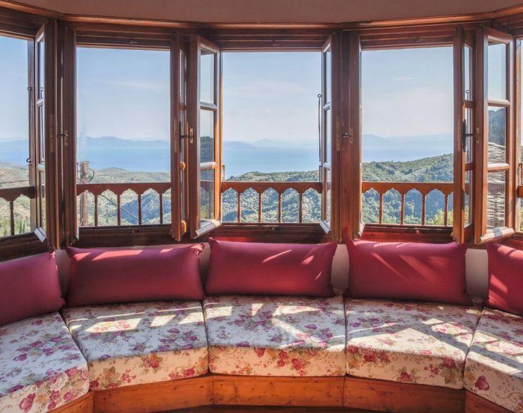 Δωμάτια με θέα τη θάλασσα, με τζάκι, με ρομαντικές, country γωνιές, βεράντες μονάχα για δυο σε πέτρινα αρχοντικά. Κρυμμένα στους πιο δημοφιλείς χειμερινούς προορισμούς της Ελλάδας. Οι ερωτευμένοι δεν κρυώνουν ποτέ.