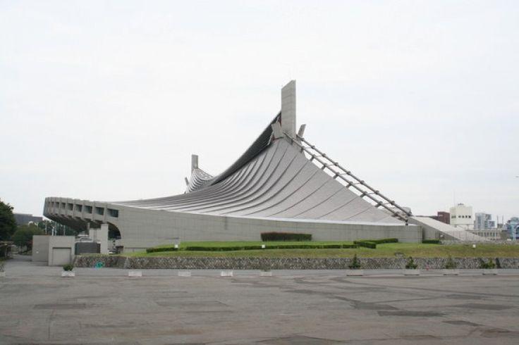 El Gimnasio Nacional Yoyogi (国立代々木競技場 Kokuritsu Yoyogi Kyōgi-jō?) es un estadio cubierto situado en el Parque Yoyogi, Tokio, Japón, famoso por su cubierta suspendida.