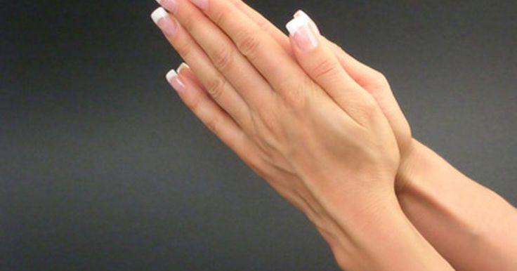 Cómo preparar una crema para manos natural y que no sea pegajosa. Una crema para manos casera de buena calidad humecta tus manos eficazmente manteniéndolas suaves y previniendo una piel seca o agrietada. Con el uso de ingredientes naturales disminuyen las posibilidades de que tengas cualquier reacción alérgica. Adicionalmente, una crema para manos casera que no contenga miel o glicerina resulta cremosa y ...