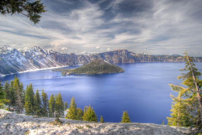 O lago da Cratera está localizado na cratera de um extinto vulcão e se formou devido ao degelo na época da primavera. Fica no estado do Oregon, USA.   Fotografia: Don Graham.
