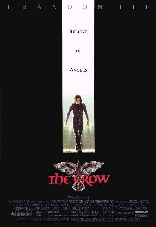 """El cuervo. Alex Proyas. Estados Unidos, 1994.     Eric Draven y Shelly Webster están a punto de casarse, pero la noche antes del enlace son asesinados brutalmente. Un año después, el alma de Eric vuelve a la Tierra en forma de cuervo para vengarse.  """"De la mano de una envolvente y magnética dirección artística, Proyas compone una fábula gótica de aire desazonante""""."""