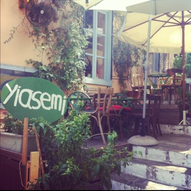 #Yiasemi #Plaka #Athens #Atene If you're around Plaka, find this little gem and you won't regretted. Very cosy, almost hipster, little place that serves Greek food