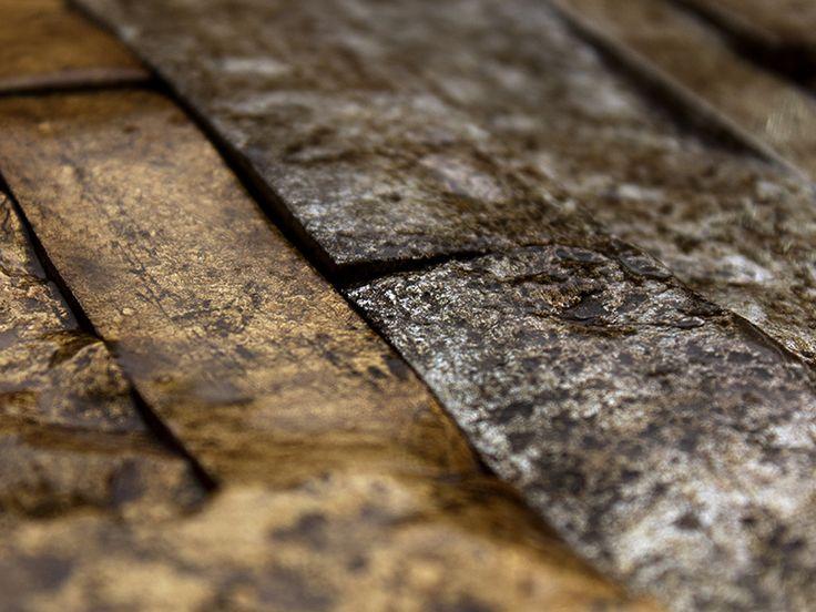 Mooie combinatie van goud- en zilvergekleurd natuursteen in muurstrips