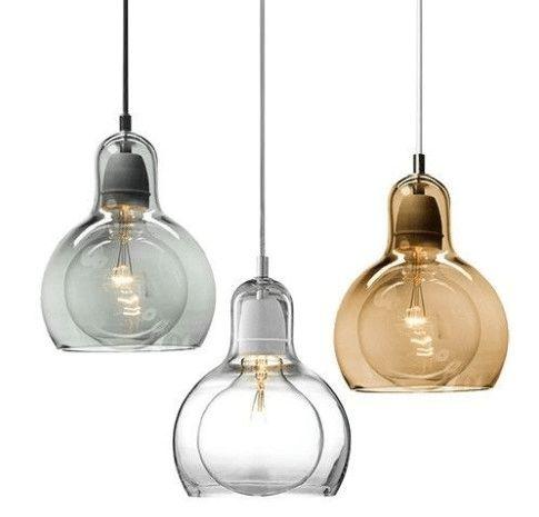 Het is dé trend dit najaar: een lamp van gekleurd glas. Je ziet dit vaak in de vorm van een mooie glazen, gekleurde bol. Smokey zwart is populair maar ook blau
