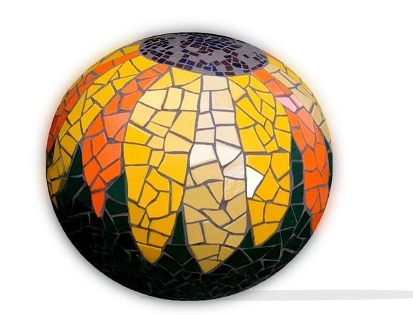 bola de jardim Girassol em mosaico de cerâmica sobre base de cerâmica.pode ser usada em ambientes externos. R$250,00
