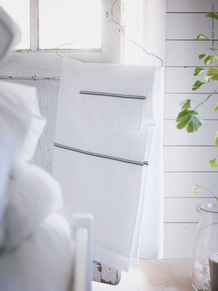 HÄXÖRT påslakanset för dubbelsäng. De nya påslakanseten bäddar för en god natts sömn, dels tack vare den höga trådtätheten och dels för att de är gjorda av 100% bomull från mer hållbara odlingar. Precis som i alla IKEA textilier har vi inte heller använt några optiska blekmedel.