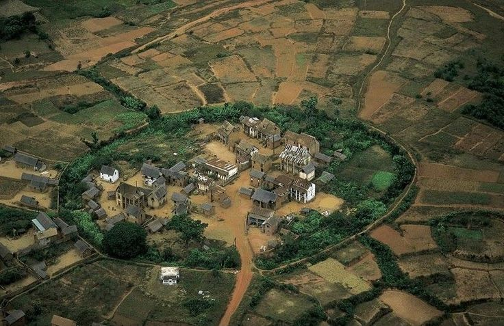 Traditional village north of Antananarivo, Madagascar (18°47' S, 47°30' E). © Copyright Yann Arthus-Bertrand / Altitudephoto.com