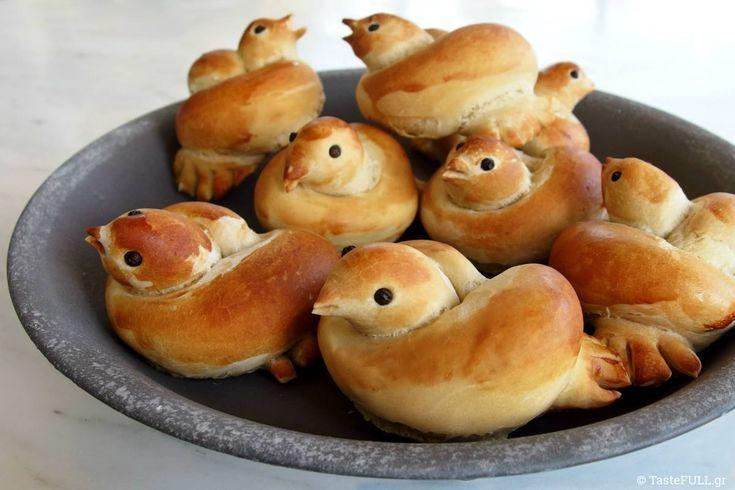 Το βίντεο για να κάνεις ψωμάκια πουλάκια (δείτε το στο άρθρο) το έστειλε μια φίλη το περασμένο Πάσχα και με έστειλε κατευθείαν στην κουζίνα.