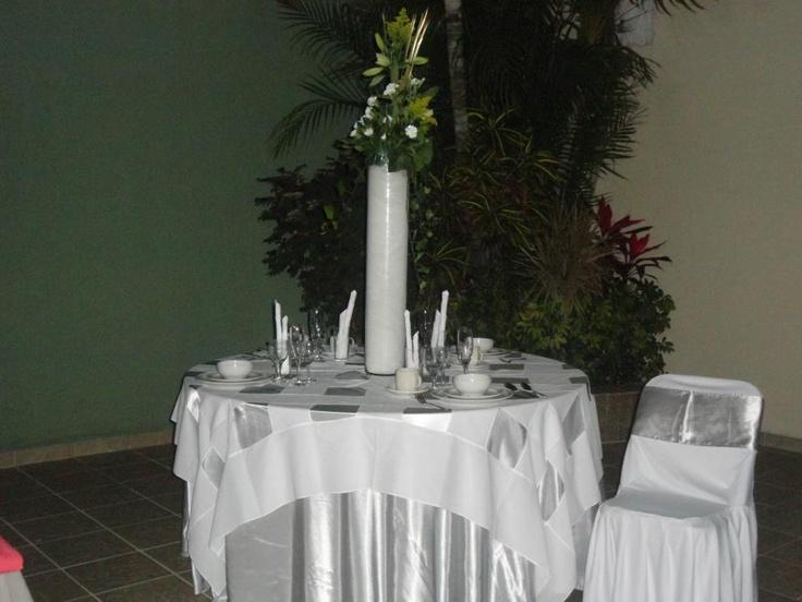 Mesa redonda con mantel satinado color plata cubremantel - Imagenes de mesas con manteles ...