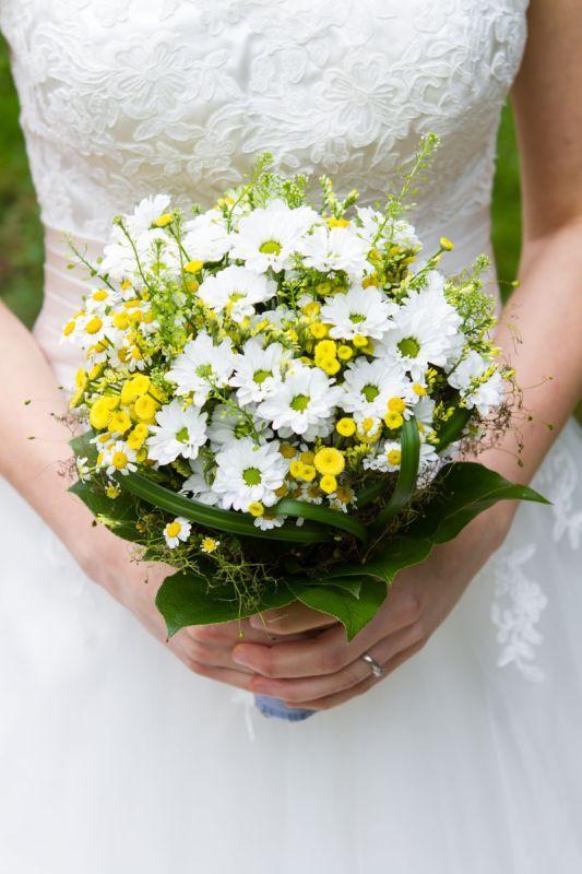 Brautstrauss rustikal und natürlich, perfekt für Vintagehochzeiten & ländliche Hochzeiten. Farben: weiss, gelb, grün. Foto: Wolfgang Kühn