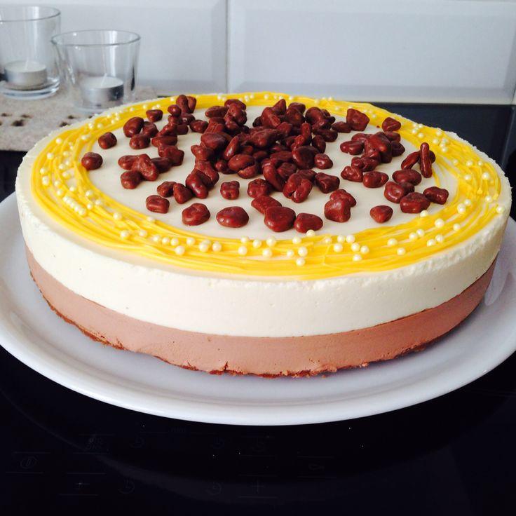 Dark chocolate/white chocolate cheesecake with daim on the top