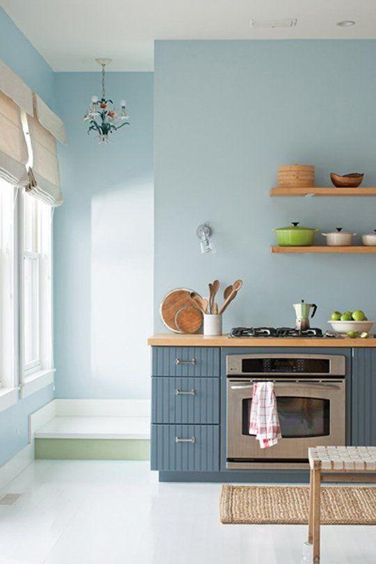 La cocina nos gustaria que en vez de alacenas en la parte de la ventana, tuviera estos estantes de madera. Dejamos el guardado para el bajo mesada y la isla.