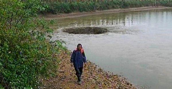 Kiinan Guipingissa asusteleva kalanviljelijä on menettänyt elantonsa lampeen ilmestyneen vajoaman takia. Rantaan muodostunut vajoama nielaisi hetkessä 25 tonnia kalaa ja viemärin tavoin se tyhjensi lammen lähes kokonaan vedestä. People's Daily Online -sivuston mukaan vajoama muodostui lampeen neljän aikaan aamuyöllä. Viljelijää odotti aamulla karu