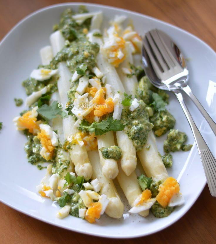Gestoomde witte asperges met kruidendressing