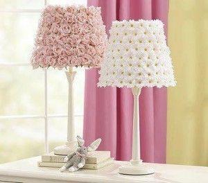 Abajour feito com rosas e malmequeres de cetim,papel ou plástico. Um mimo para quarto de menina ou para dar um ar romântico ao quarto de casal!
