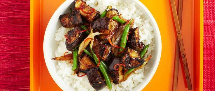 Sticky rice with aubergine in a hot and sour sauce, made from very simple ingredients: red chilli, soy sauce, vinegar and a little sugar.