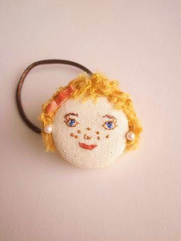 女の子の顔刺繍をしたヘアゴムです。ブロンドの髪のこの子はそばかすがチャームポイント。くるみボタンベースになっています。素材 コットン、ウール毛糸、ビーズ大きさ...|ハンドメイド、手作り、手仕事品の通販・販売・購入ならCreema。