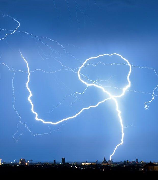 um raio fazendo um 'looping' sobre os céus de Munique, na Alemanha. O registro é do fotógrafo Peter Kneffel