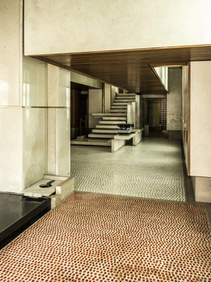 mosaico de vidrio colocado en un hormigón pulido_ Olivetti. Carlo Scarpa