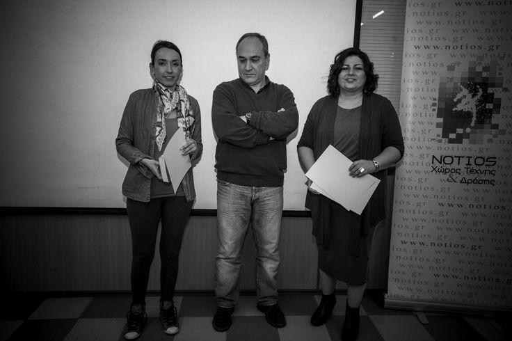 Ο συγραφέας και δάσκαλος του Νοτίου, δημιουργικής γραφής βραβεύει τη φωτόμαθήτρια του Νοτίου, Ζαμπελίνα Δεμένεγα στην 3η θέση, από εσωτερικό διαγωνισμό φωτογραφίας.