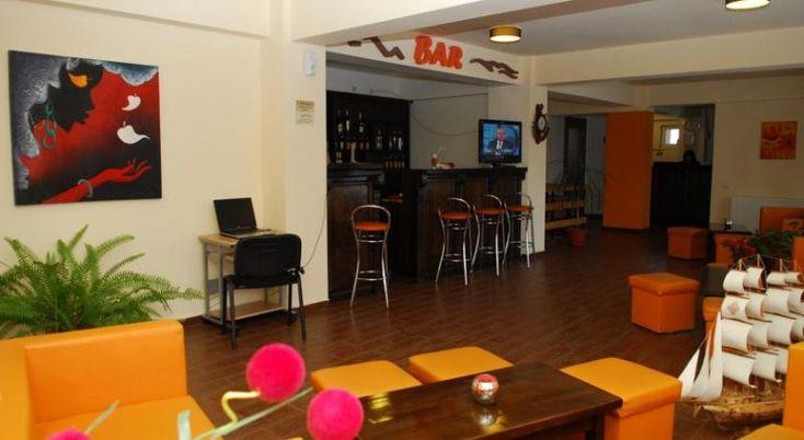 Hotel Marea Neagra #Hoteluri Sinaia. Hotelul Marea Neagra este la doar 25 de metri de terminalul de autobuze si la 1,5 km de centrul orasului Sinaia. Oaspetii au la dispozitie unitati de cazare elegante, cu baie privata si balcon privat, la doar 1 km de partiile de schi. Wi-Fi este disponibil gratuit în întreaga proprietate. Toate camerele spatioase de laHotelul Marea Neagra au podea eleganta din lemn masiv. Facilitatile includ un TV si un minibar. Oaspetii se pot bucura de …