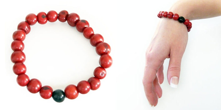 This simple and beautiful bracelet is a collection of Acai beads (tagua's first cousin) grouped together in an elastic band. This acai bracelet is ethically handmade in Colombia using eco friendly dyes.